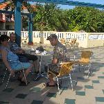 En train de prendre le petit café matinal sur la superbe terrasse située près du lobby