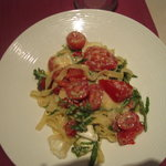 Pasta with arugula and fresh tomatoes