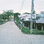 El hotel desde la calle que lleva hasta la avenida principal de Livinston
