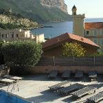 Au dessous de la terrasse, vue sur piscine de l'hotel