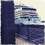 gigantisch cruiseschip aan je raam