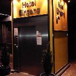 Der Hoteleingang mit Aufzug (frontal)
