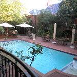 Vistas des de la terreza de la habitación: patio interior con piscina