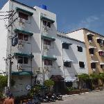 Pink Apartments situated in carpark by Soi Boakhow