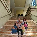 sentados en las escaleras q suben del comedor a recepcion