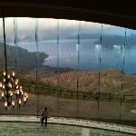 ガラスの向こうは洞爺湖です