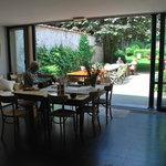 Le petit déjeuner est servi dans la galerie ou sur la terrasse.