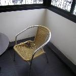 壊れかけの椅子が室内に普通に置いてありました。
