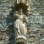 Die Marienstatue über dem Hauptportal