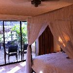 Bedroom with four poster in 2 room suite