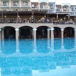 La piscine principale et le resto a l'étage