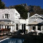 Das 2inn1 - Blick vom Pool auf das Haupthaus