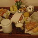 breakfast in bedroon. café-da-manhã servido no quarto.