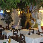 La statua del colosso nel giardino