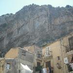 casa debajo de la roca