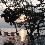 Poolende am Strand bei Sonnenuntergang