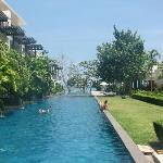 Pool mit Hotelanlage