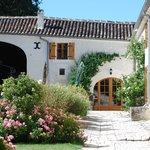 Inner yard of the hamlet / Cour intérieure du Relais