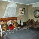 Triple room (queen sized plus single bed, air con, TV, bar fridge and en suite shower over bath