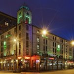 Exterior image of the Holiday Inn Glasgow Theatreland at night
