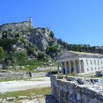 Blick auf die Festung mit der Georgskirche im Vordergrund