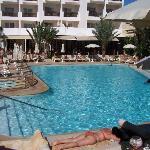 La superbe piscine et ses transats confortables