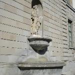 Brunnen an der Museumsfassade