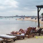 Voici la plage de l'hotel !!!! c'est ça la vraie vue