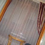 Terraza cerrada con mesa y sillas de mimbre