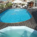 Spa à côté de la piscine