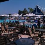 Le bar de la piscine et 2 des piscines