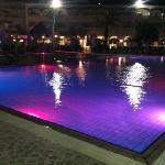 La piscine principale le soir