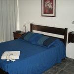 El dormitorio es amplio y cómodo.