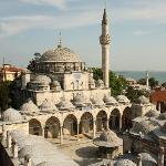 Blick von der Dachterrasse auf die Sokullu-Moschee, Im Hintergrund: kleine Hagia-Sophia und Marm