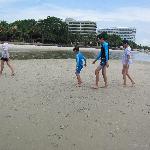 Kinder spielen am Hotelstrand