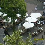 Marktplatz von oben; die Tische links gehören zum Bellavista