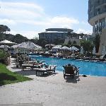 Deel van het zwembad en resort