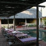 Innenhof mit Pool und Frühstücksbereich