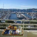 Das Frühstück wird auf dem Balkon mit Meerblick gereicht