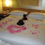 кровать украшали друзья )