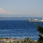 Bainbridge ferry with Mount Rainier in background