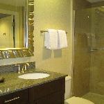 Deux lavabos et grande douche double vitrée