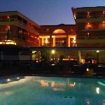 Hotel al añochecer desde Piscina