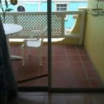 varanda (vista do quarto) e notem o pedaço de madeira que segura a porta, porque esta com a fech