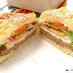 hamburguesa con jamón , queso, tomate , lechuga y ananá,  ricoooo!!!