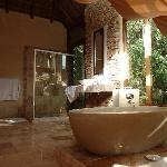 La salle de bains de la chambre haut de gamme