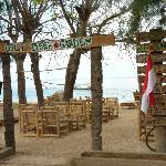 Gili Beer Garden right on the beach near Aaliku