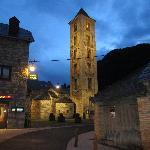 Vista de la plaza y el hostal