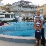 la foto della piscina e dell'albergo