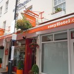 Connoisseurs Indian Tandoori is to the right of Easy Hotel on Norfolk Place, stay away unless yo
